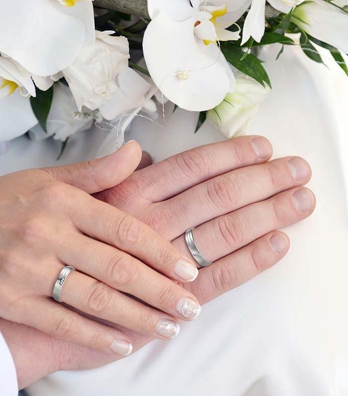 illustrasjon med hånd av forlovelsesringer - 4808087