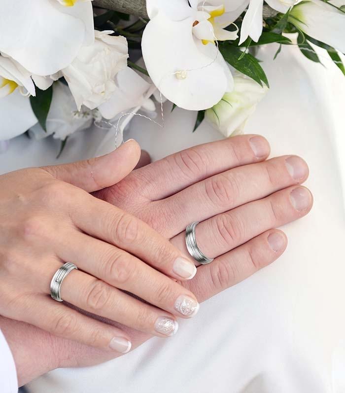 illustrasjon med hånd av forlovelsesringer - 4808013