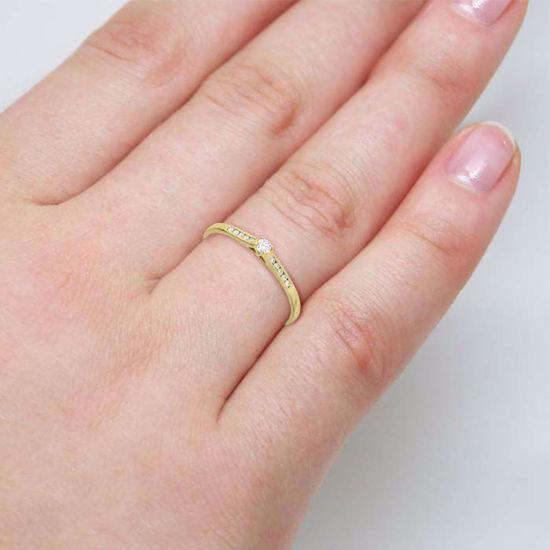 illustrasjon med hånd av diamantring - 51000320