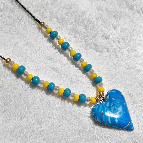 Сollier med hjerte, blå og gul farger -280207476